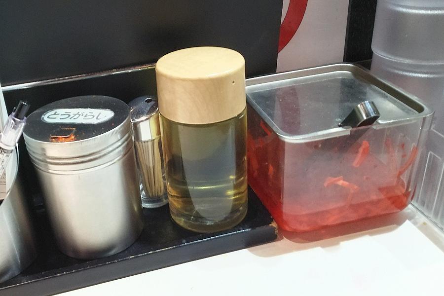 唐辛子、お酢、紅生姜の3点セットです。