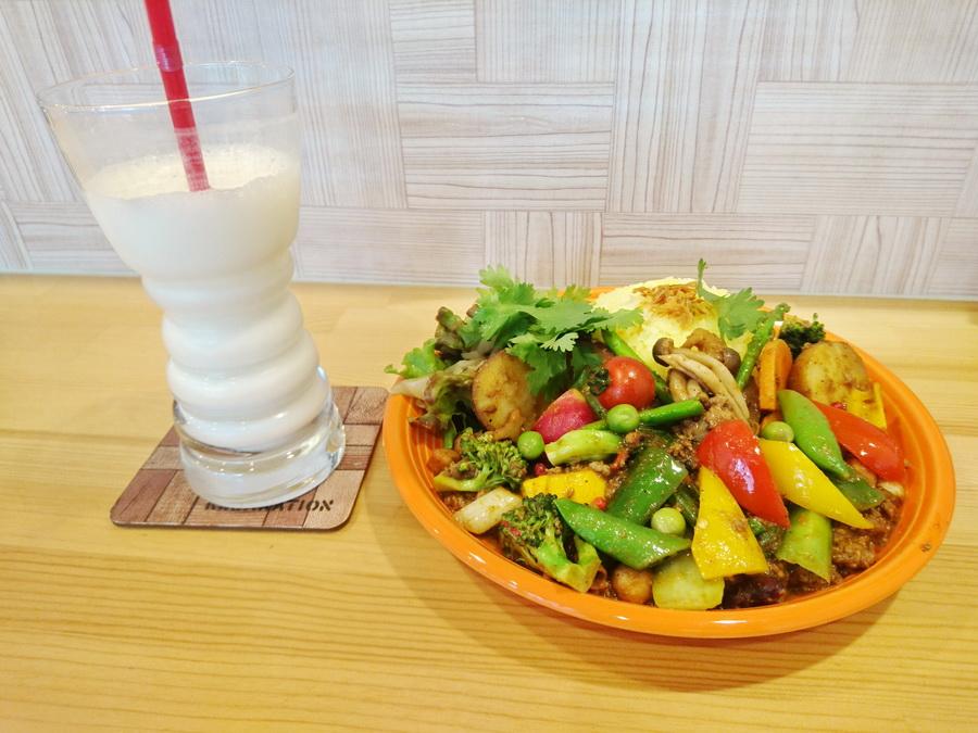 糸島野菜のラムキーマとラッシー
