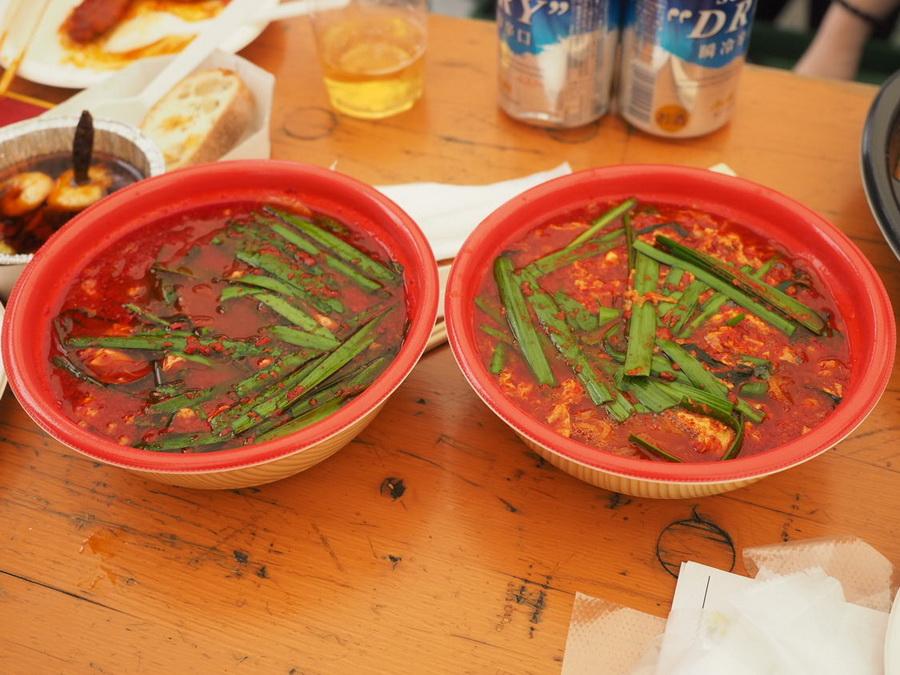 「辛麺屋 一輪」の辛麺 10辛(左)と とんでもねぇ(右)