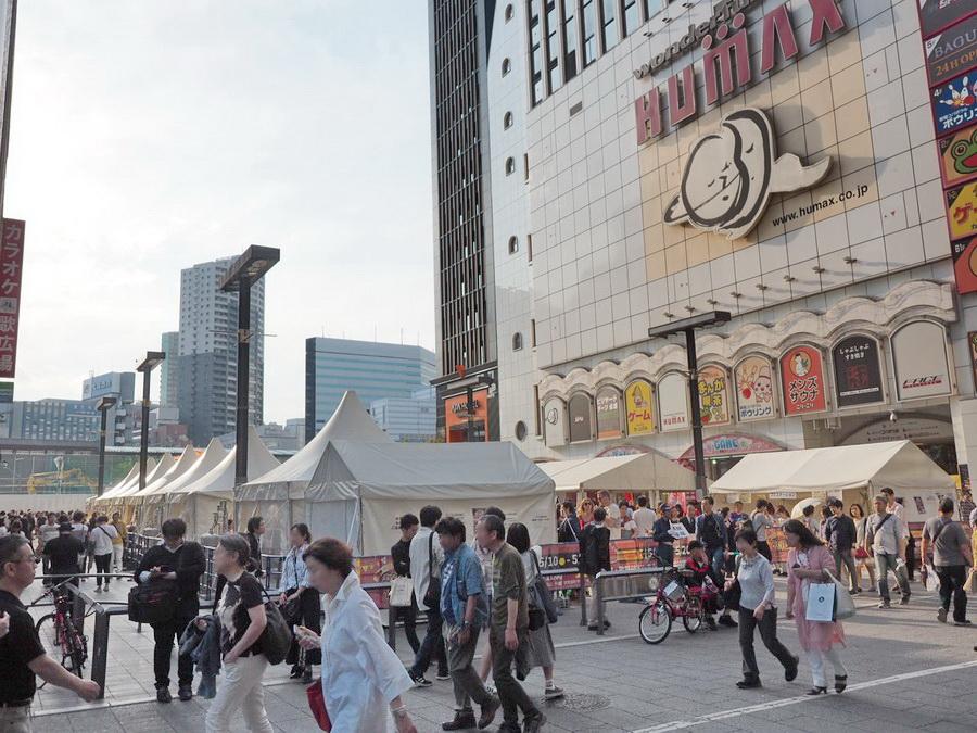 会場は歌舞伎町の奥の映画館に囲まれたスペース