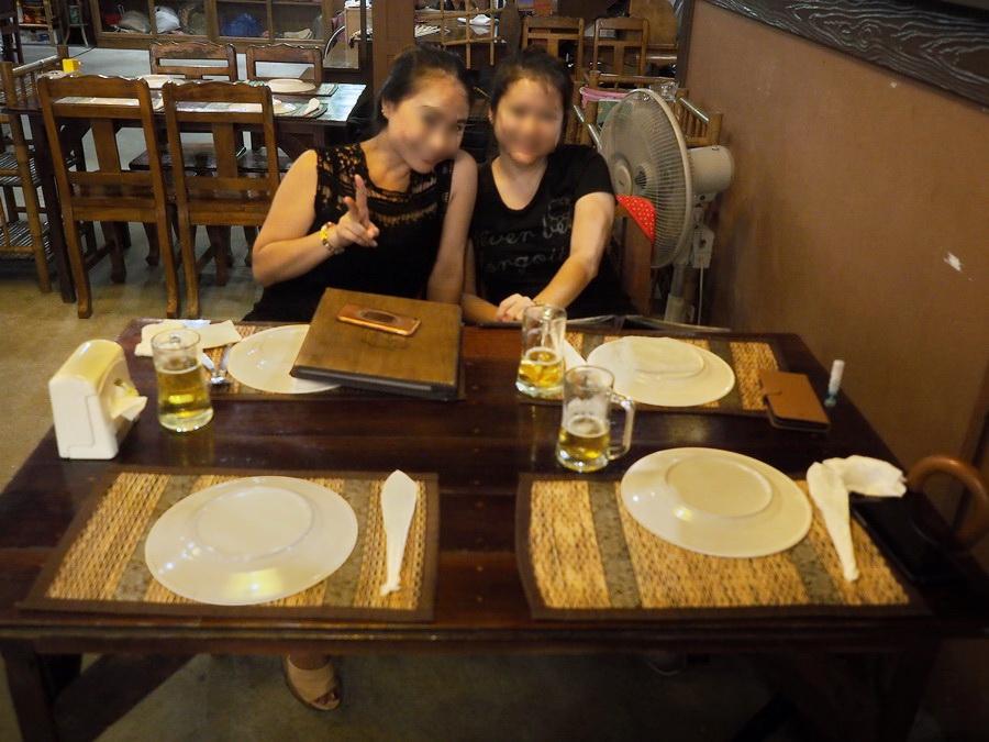 バンコクの美女2名がお出迎えしてくれました。笑