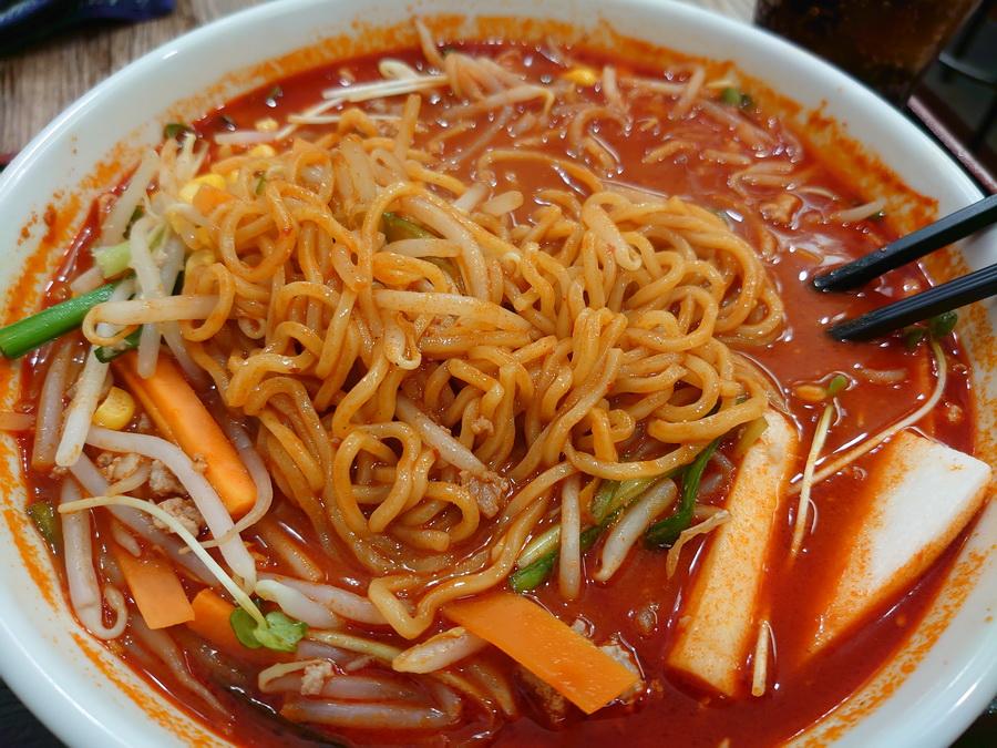 スープの絡んだ細麺が確認できました