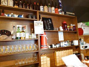 夜の居酒屋のお酒やらグラスが並んでます