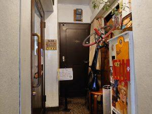 2階のお店前のスペース。ごちゃごちゃ感がすごい